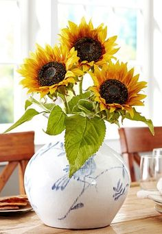 Pretty faux sunflowers http://rstyle.me/n/jxg4hnyg6