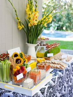 Set up an appetizer table, so people can pick at some snacks. A relaxed feel which ensures that guests are never too hungry!