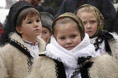 #Christmas traditions in #Maramures, #Romania - Cu toată agitaţia vieţii cotidiene, cu toată globalizarea ce aduce sărbători importate în detrimentul vechilor datini şi obiceiuri strămoşeşti, rămân, din fericire, zone care se încăpăţânează să nu-şi renege trecutul, adevărate bastioane ale tradiţiilor noastre populare.  În prag de sărbători vă prezentăm câteva dintre aceste obiceiuri de Crăciun, din zona satului Breb, judeţul Maramureş. -- Marius Smădu