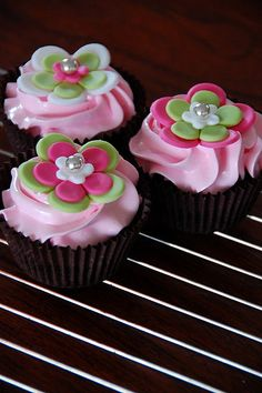 Simple and whimsical fondant flower cupcake toppers.