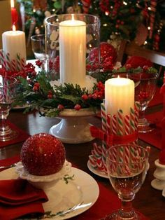 traditional design, christmas design, christmas centerpieces, christmas tables, christmas decorations, candy canes, christmas candles, dining room design, christmas table settings