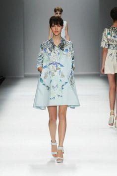 Vestido de fiesta en color azul claro con estampados de flores - Foto Cacharel