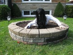 """My Handmade Home: DIY: Scary Well from the Movie """"The Ring."""" Would work well for a Halloween without snow."""