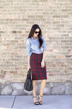 チェック柄スカートとデニムシャツ