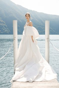 Monique Lhuillier Bridal Automne-Hiver 2020-2021 - Défilé | Vogue Paris | Pin discovered by Kelly's Closet bridal boutique in Atlanta, Georgia