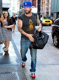 El recién comprometido, Adam Levine camino al gym en NYC <3