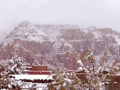 Snow in Arizona today this weekend. I'm going crazy wishing I was up at #Snowbowl or #Sunrise on the mountain