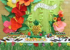 Una preciosa mesa de dulces para una alegre fiesta tropical, ¡para una graduación! / A lovely dessert table for a tropical party, for a graduation!