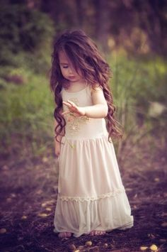 Adorable picture!! Barefoot, long curly hair, little princess dress <3