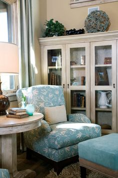 Books, good lighting and a cozy chair are prerequisites for a reading nook