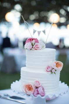 Flower decorated cake: http://www.stylemepretty.com/destination-weddings/2014/10/20/maui-wedding-at-olowalu-plantation-house/   Photography: Kaua Weddings - http://kauaweddingphotography.com/