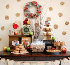 Una mesa creativa para una fiesta de otoño (me encanta el fondo!) / Apple Orchard Fall Inspired Dessert Table