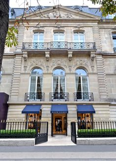 Our Montaigne store in Paris reflects the rich heritage and tradition of Beaux-Arts architecture