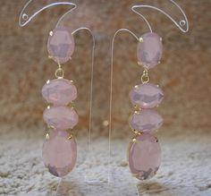 Brinco de metal com banho dourado e pedras resinadas, rosa candy color. R$39,00