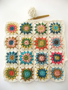 granny squares - lovely color combination. tutorial at this site  http://www.yvestown.com/archive/2009/11/how-to-crochet-a-blanket-part-1.html
