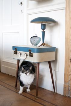 Suitcase Table - find an old suitcase and attach legs to make a retro end table || #diyhomedecor #vintagesuitcase #upcycle