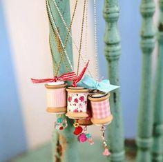 de vieilles bobines transformés en jolis bijoux, sautoirs .........