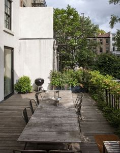 Brooklyn townhouse dining table patio l Gardenista