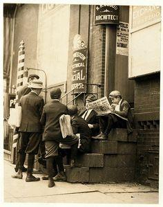 Lewis Hine: Newsboys on a stoop, Wilmington, Delaware, 1910