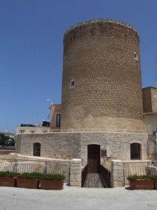 Presque au centre de cette grande ville, la tour médiévale de Bitonto attend les visiteurs. Pour les attirer, la ronde construction se fait douce et se dresse fièrement dans le ciel bleu. Bien qu'elle tente de séduire, elle garde à la base un système défensif agressif assez unique.