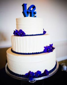 white and blue wedding cake