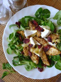 Sałatka z sezamowym kurczakiem i serem camembert