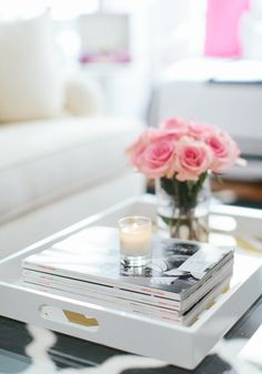 A beautiful decor.. . Books, candles and flowers....    Aline ♥