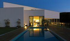 A cozinha, a sala de jantar e o estar/galeria são extensões da piscina