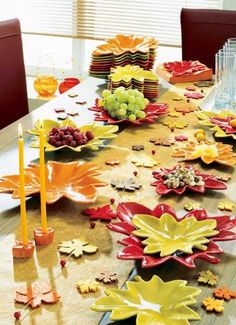 I LOVE these leaf shaped plates--perfect for fall parties and tablesettings #partycrafters #autumn
