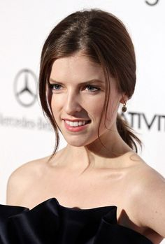 Anna Kendricks side-swept, wavy hairstyle