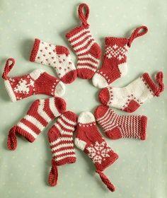 Free knitting patterns: mini knitted christmas stockings.