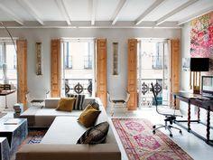 Nuevo Estilo Un piso rehabilitado muy luminoso 4. Ceiling + shutters + pops of color