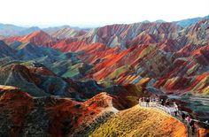 montañas del Parque Geológico multicolor Zhangye Danxia provincia de Gansu en el norte de China. consiste en formaciones de arenisca y otros depósitos minerales que se han acumulado durante más de 24 millones de años. El movimiento de la corteza, junto con factores externos como el viento y la lluvia fueron creando las capas de diferentes colores, texturas, tamaños y diseños.
