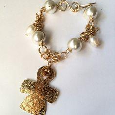 Pulsera perlas con cruz calada y baño de oro