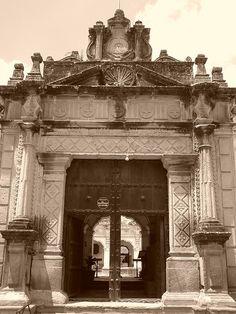 Entrada de la Universidad de San Carlos de Borromeo, Antigua Guatemala |