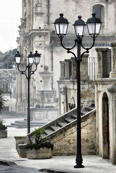 La entrada al convento. | Siracusa es una ciudad de Italia, situada en la costa sudeste de la isla de Sicilia, en el Mediterráneo central.