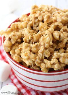 5-Minute Caramel Marshmallow Popcorn recipe - SOOO good and gooey! { lilluna.com }