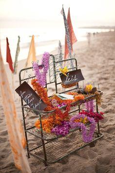 flores hawaianas boda en la playa decoración surf decoration beach wedding marriage tiaré hibiscus leis aloha hawaii miraquechulo #hawaii
