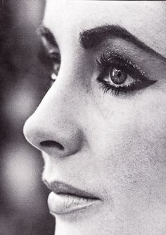 Elizabeth Taylor, love the eye makeup.