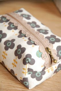 Exposed Lace Zips -a clear tutorial to make these boxed pouches with a lining and exposed lace zipper. Cute!