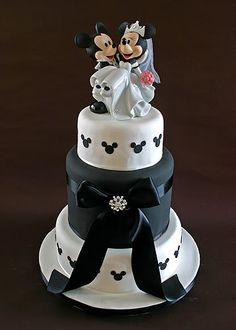 Beautiful Mickey & Minnie Mouse wedding cake <3