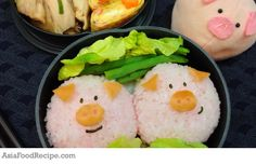 Rush for time? Shape your riceballs into little piggies for a cute character bento. Play with the facial expression of the pig characters for added fun!