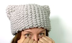 DIY video tutorial on how to loom knit kitty hat