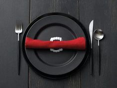 Haha!  I love it!  Plastic vampire fangs as napkin rings.