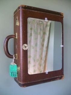 Hoe leuk, een badkamerkastje gemaakt van een oude koffer! Ook leuk voor in een halletje. Gevonden op Pinterest.com