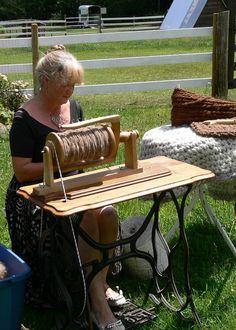 How To Convert a Treadle Sewing Machine into a Spinning Wheel (all proceeds from this sale go to support rescued animals at Llamas in the Raw Sanctuary - thank you for your help) At long last, what...