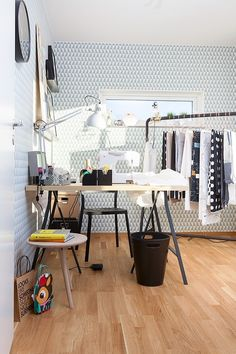 Bold wallpaper in a creative craft room | Delikatissen