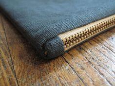 fold-over clutch, metal zipper. Great tutorial!