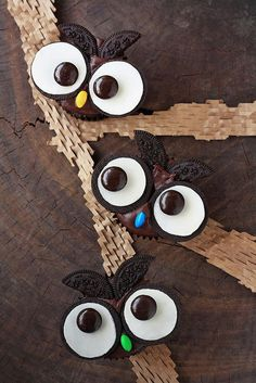 Adorable owl cupcakes.  Would be so fun at a Halloween party.
