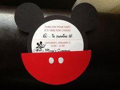 Invitación fiesta Mickey Mouse, decorada con botoncitos.